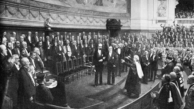 Lister (subiendo los escalones) se apresta a saludar al gran químico en las celebraciones por el 70º cumpleaños de Pasteur en la Sorbona, París, en 1892