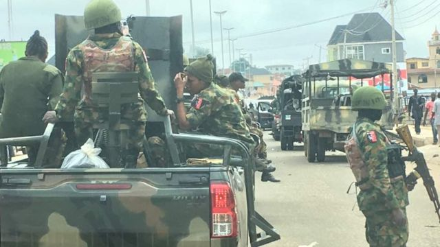 Di soldiers dey well armed.