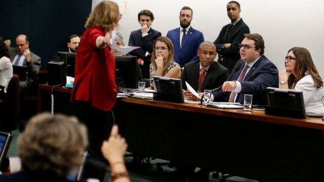 Deputados discutem durante sessão na CCJ