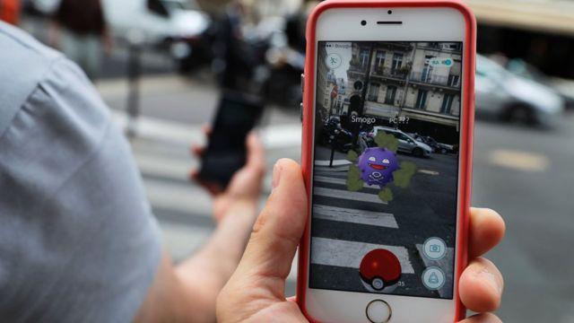 """Игрок в Pokemon Go """"ловит"""" монстра неподалеку от Лувра в Париже"""