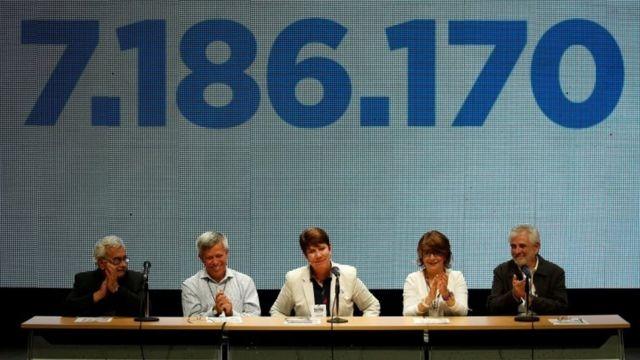 Rectores de universidades venezolanas hablan al público tras el plebiscito convocado por la oposición. Al fondo, la cifra exacta de participación.