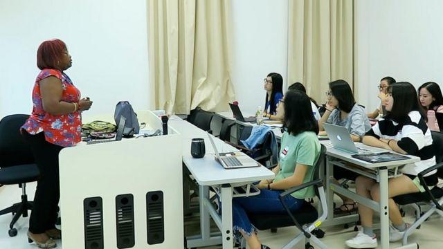 澳门大学教授马英在全葡语授课的课堂上。