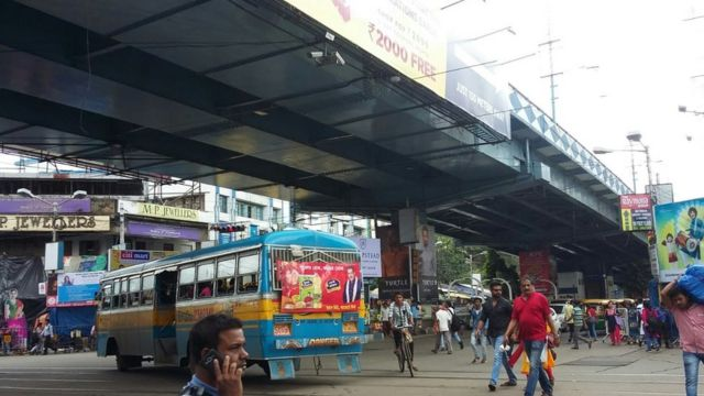 কলকাতার গড়িয়াহাট সেতুর নিচেই ব্যস্ত ক্রসিং