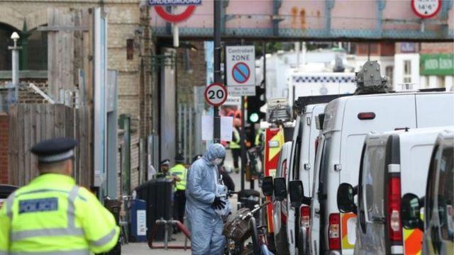 Policial e perito anti-bomba trabalhando em uma rua de Londres