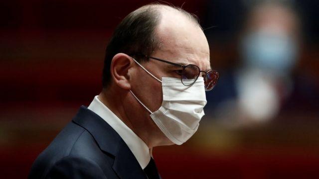 Jean Castex de perfil e de máscara