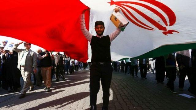 政府支持者たちの集会(3日、イラン・アフバーズ)