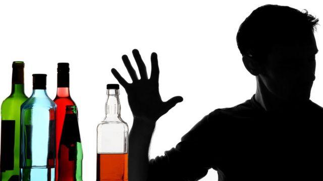 Hombre rechazando el alcohol