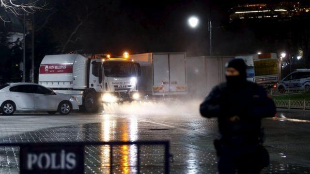 夜には警察が警戒するなかスルタンアフメトの広場が清掃された