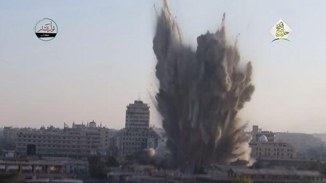 Пыль, дым и обломки взорванного здания в Дамаске (21 июль 2016 года)