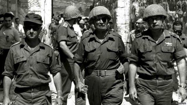 इसराइल के सेनाध्यक्ष जनरल राबीन दाहिनी ओर, बीच में पूर्व रक्षा मंत्री मोशे द्यान.