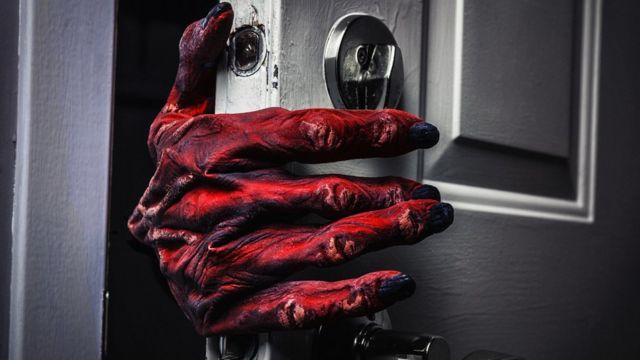 Красная рука, открывающая дверь