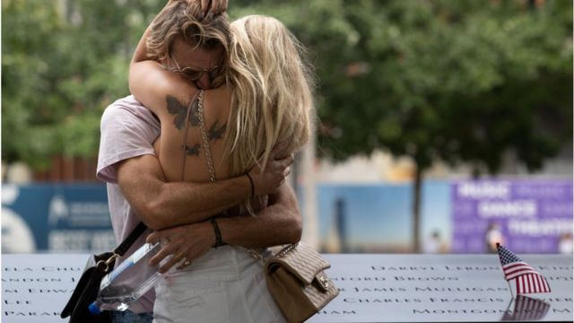 Tưởng niệm bên đài tưởng niệm vụ 11/9 tại khu tưởng niệm Ground Zero, ở New York, Hoa Kỳ hôm 8/9/2021