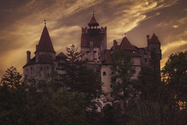 14वीं शताब्दी में ड्रैकुला के लिए लोकप्रिय एक महल पर सूर्यास्त का समय, जो अब एक संग्रालय है
