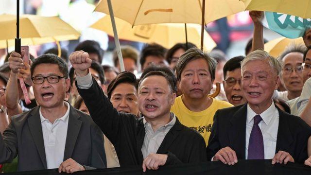 陳健民、戴耀廷和朱耀明(左至右)在一批支持者陪同下到法院聽取判刑。