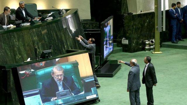 علی لاریجانی رئیس مجلس ایران و نحوه اداره مجلس هدف انتقادات حمیدرضا حاجی بابایی قرار داشته است