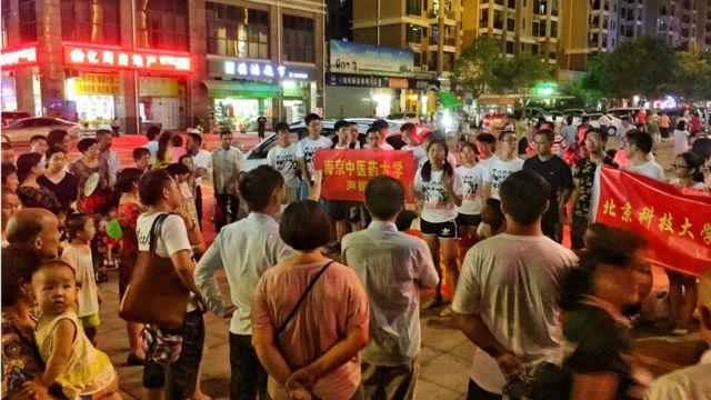 不少高校学生加入现场声援团,支持维护工人权益。