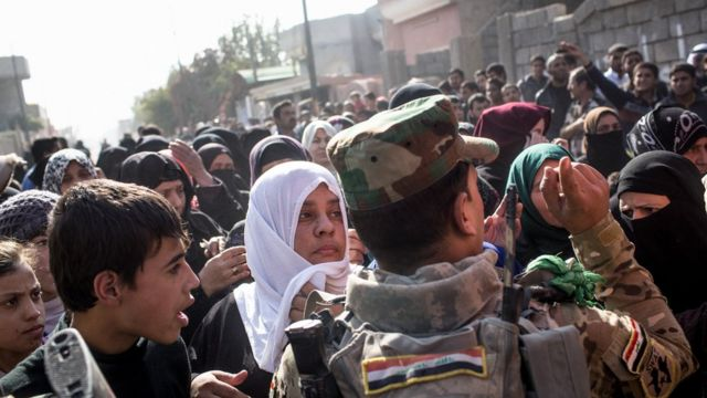 مدنيون يحاولون الخروج من أحياء الموصل الشرقية