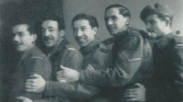 Jorge Sanjinez sonriendo, con cuatro compañeros de la Brigada Pirón.