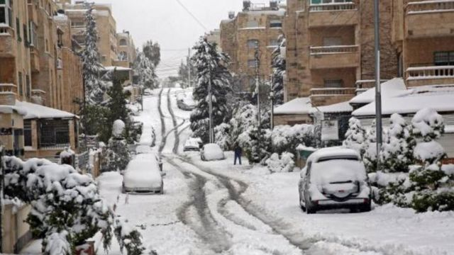 شارع تكسوه الثلوج في العاصمة الأردنية عمان