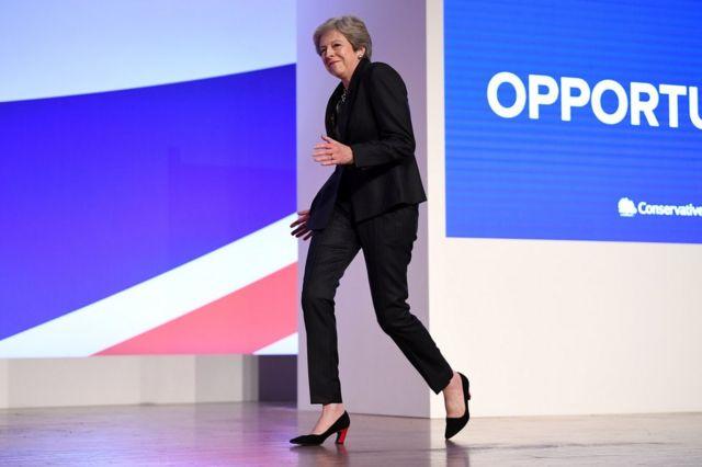 首相特蕾莎·梅踩著音樂舞步,一路跳著上台發表演講。