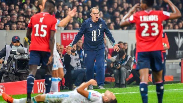 Bielsa gritándole a jugadores del Lille.