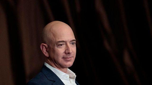 Jeff Bezos alimpiku Bill Gates mapema siku ya Alhamisi baada ya hisa zake za kampuni ya Amazon kupanda asilimia 1.8 na kufikia dola 1,071.