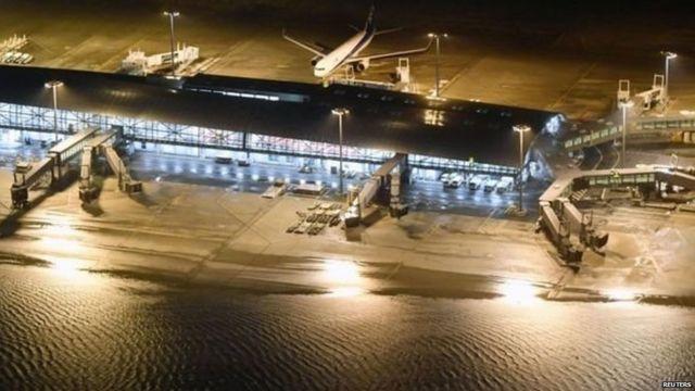 कानसाई एयरपोर्ट के रनवे पर पानी भर गया है
