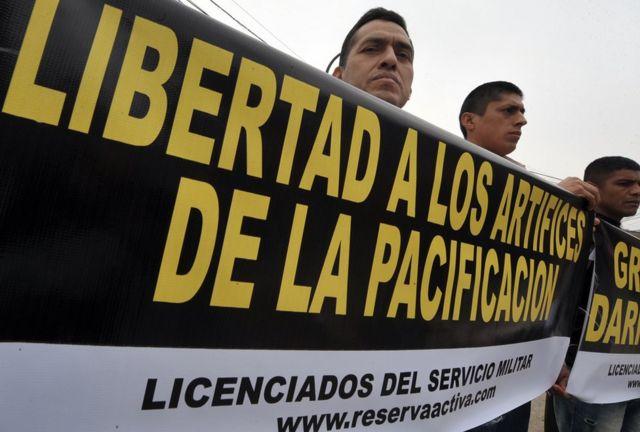 En 2010 un grupo de militares sostiene una pancarta de apoyo a los miembros del ejército procesados por la matanza de Accomarca.