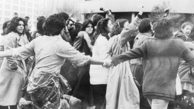 Mulheres protestam contra o véu islâmico em 1979