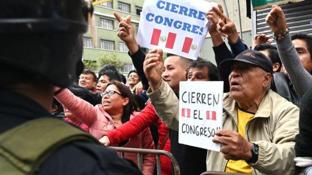 Manifestantes a las afueras del Congreso demandaron el cierre del Parlamento peruano este lunes.
