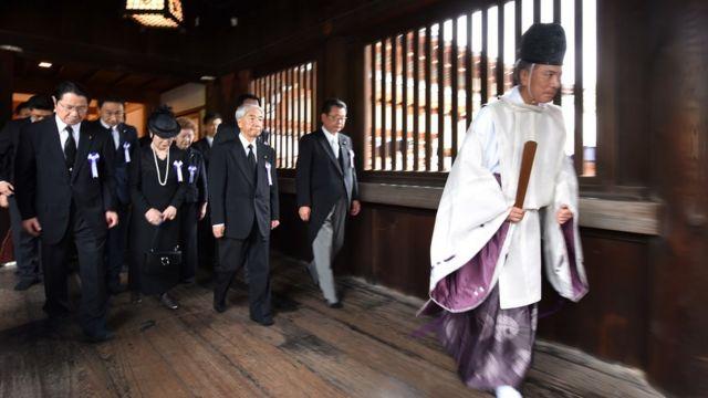 Một giáo sĩ Thần Đạo dẫn các nhà lập pháp Nhật bản thăm đền thờ Yasukuni hôm 15/8. Cũng trong ngày này, Thủ tướng Shinzo Abe gửi một khoản tiền đóng góp cho đền thờ chiến tranh từng gây tranh cãi này nhân dịp Nhật kỷ niệm 72 năm ngày thua trận trong Đại chiến Thế giới II.