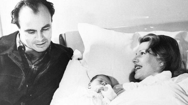 شہزادہ علی خان اپنی بیٹی یاسمین کی پیدائش کے بعد اپنی اہلیہ ریٹا ہیورتھ کے ہمراہ ہسپتال میں