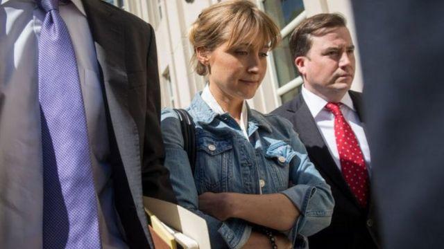 Allison Mack acompanhada de advogados
