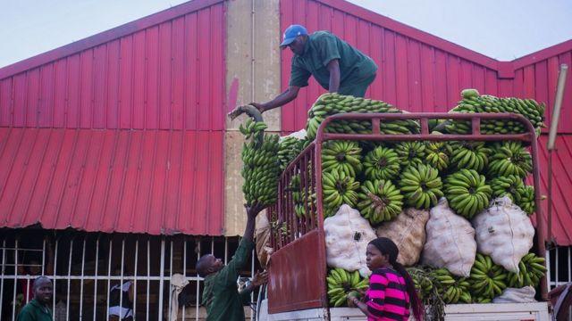 Abacuruza ibiribwa bemerewe gukomeza kazi kabo muri ibi bihe bidasanzwe mu Rwanda, aha ni ku isoko rya Kimironko i Kigali