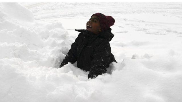 Niño jugando en la nieve.