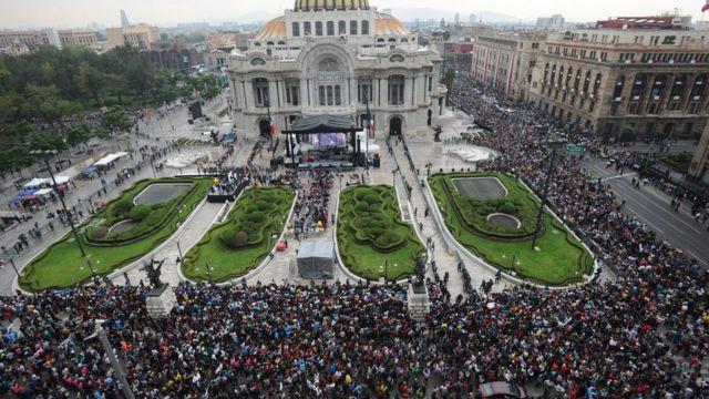 Miles de personas esperaban para despedirse de Juan Gabriel.