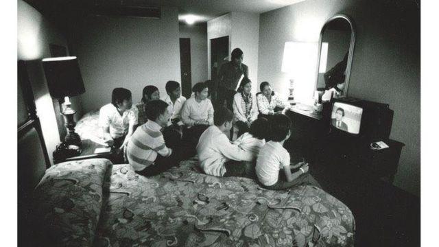 Gia đình vợ Dick Swanson trong khách sạn xem truyền hình về chiến sự những ngày cuối cùng trước khi Sài Gòn sụp đổ