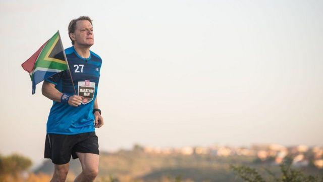 Eddie Izzard correndo uma das maratonas diárias a que se propôs aceitando um desafio para uma campanha de caridade