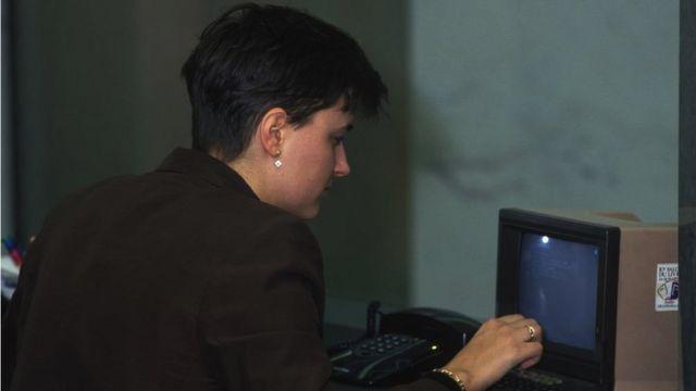 ফ্রান্সে টেলিফোনের মাধ্যমে এক নারী অনলাইন ভিডিওটেক্স সেবা মিনিটেল ব্যবহার করছেন