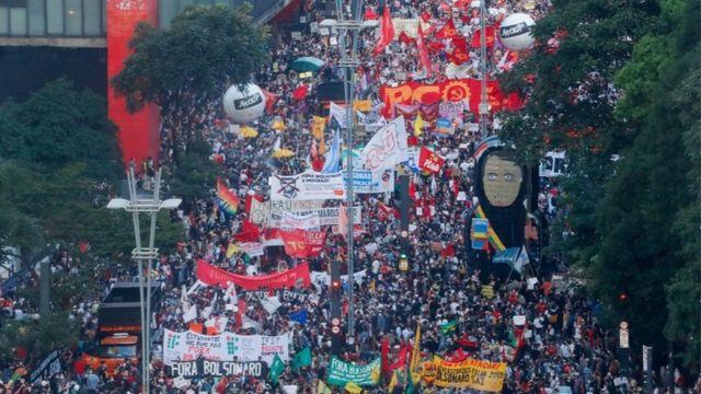 Foto aérea mostra multidão com bandeiras e cartazes perto do MASP