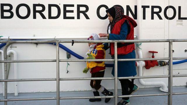 ギリシャに到着する移民の大半は海を渡ってくるが、一部は救助が必要なほど危険な状態の船に乗っている