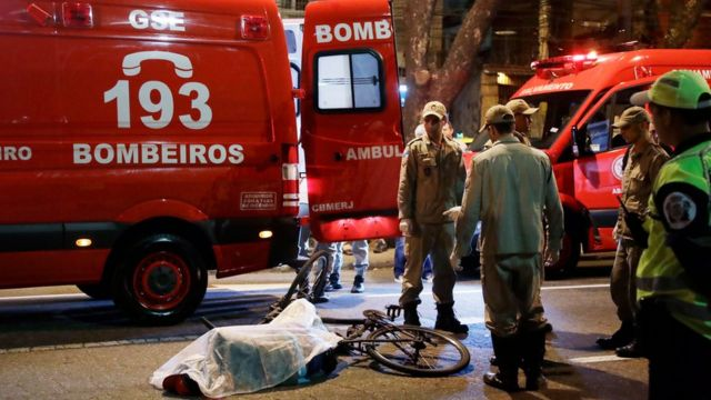 Un hombre yace muerto cerca del estadio Maracaná.