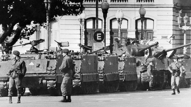 tanques e soldados