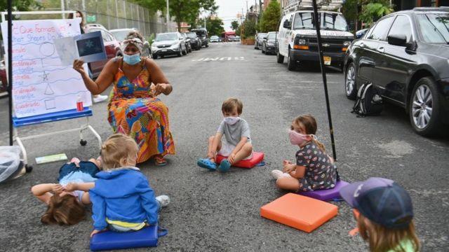 برخی دانش آموزان در بروکلین در ماه سپتامبر در فضای باز درس می خواندند