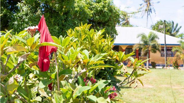 Bandeira vermelha em casa em Samoa