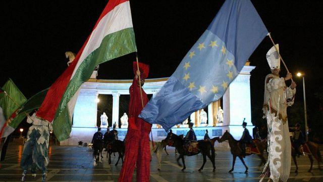 Banderas de Hungría y de la UE en Budapest.