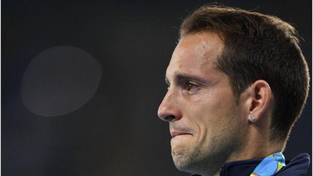 Renaud Lavillenie llora al recibir la medalla de plata
