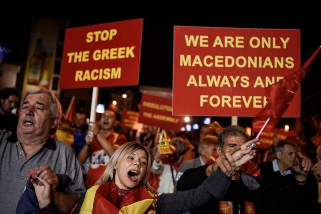 خروج مؤيدي مقاطعة الاستفتاء حول تغيير اسم مقدونيا أمام البرلمان في سكوبيا، حيث صوت ثلث الناخبين فقط في 30 سبتمبر/أيلول .2018
