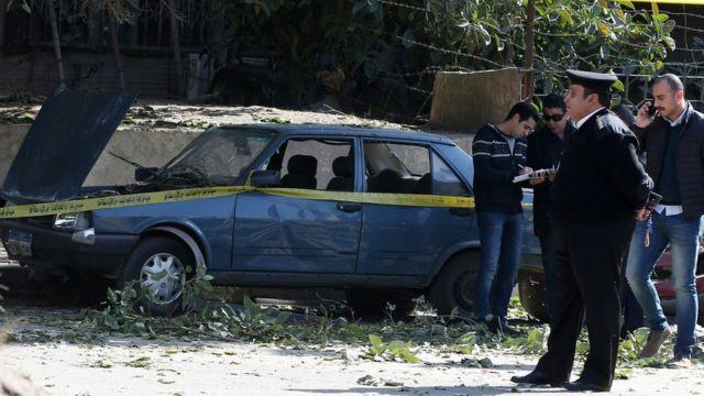 رجل شرطة في موقع انفجار الجيزة