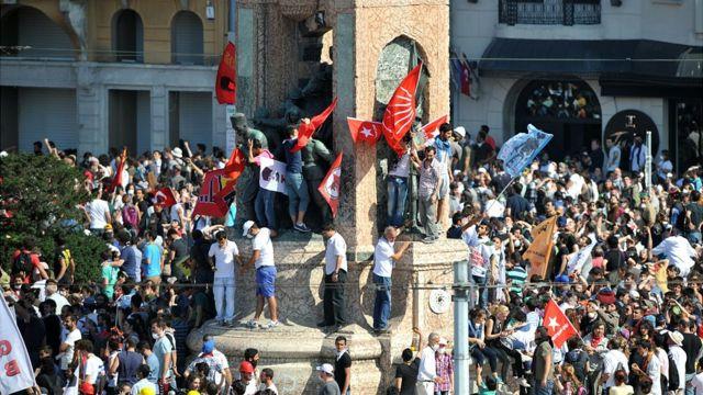 هزاران نفر در جریان اعتراضات پارک گزی در سال ۲۰۱۳ به خیابانها آمدند و علیه دولت آقای اردوغان شعار دادند
